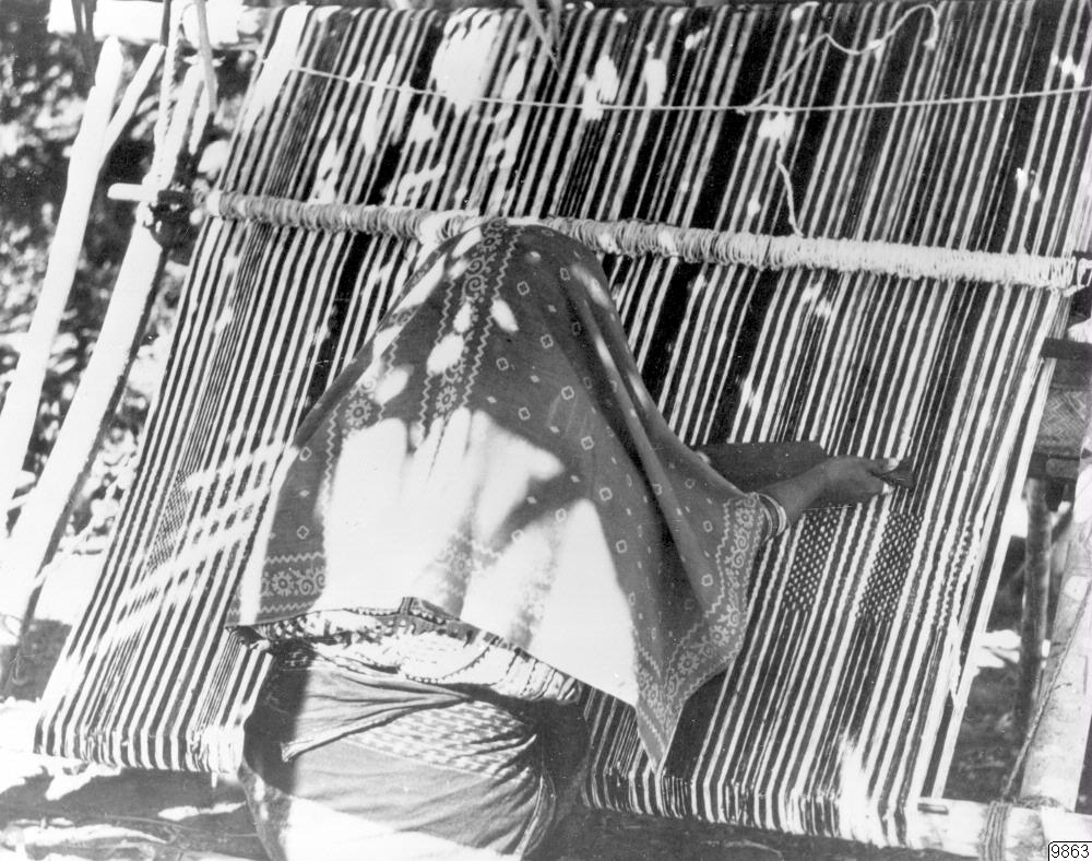 Mujer gunadule tejiendo una hamaca