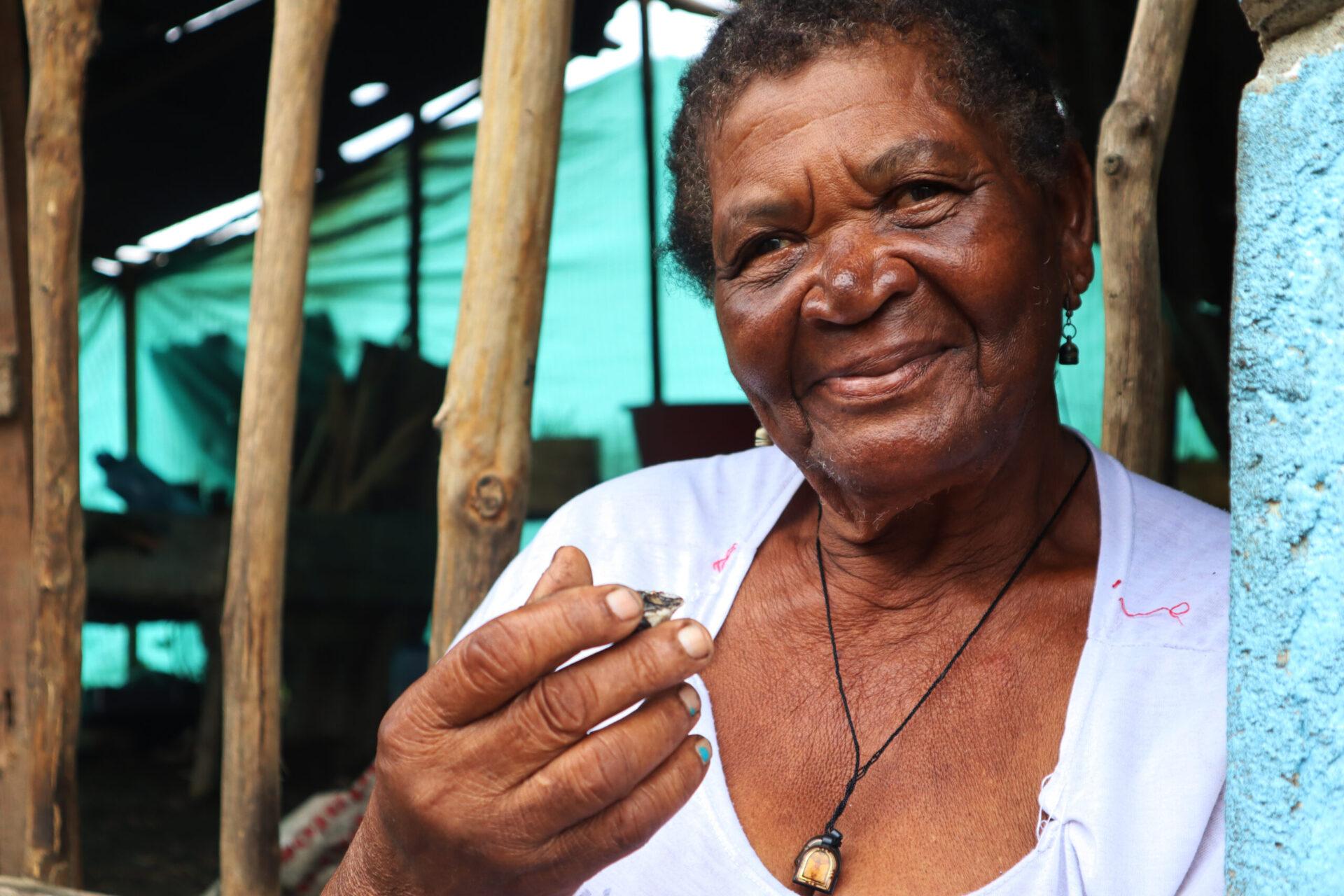 Dionisia Torres (Chola), curandera tradicional de la vereda Limones con la concha medicinal para sanar heridas