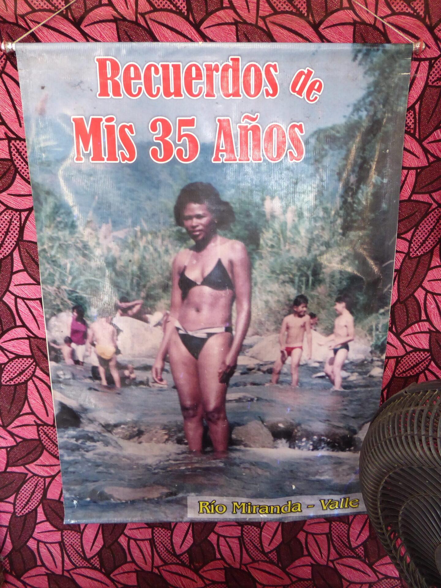 Afiche de Nayibe Torres a sus 35 años, en la sala de belleza 'Nayibe'