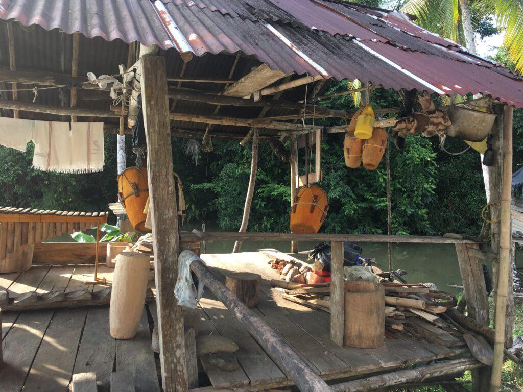 Taller en el que Pacho Torres fabrica instrumentos musicales, vereda Sansón